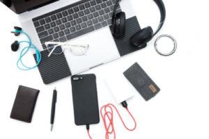 パソコンやヘッドフォン、モバイルバッテリーなどが置いてある