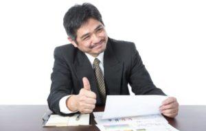 会社の資料を見てイイねとサインを送る社長兼オーナー