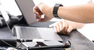 パソコンと腕時計の写真