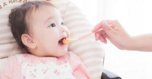 離乳食を食べている赤ちゃんの写真