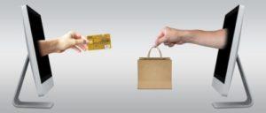 ネットで買い物をして料金をカードで支払うイメージ写真
