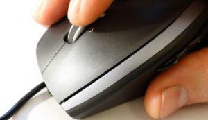 マウスでクリックしている写真