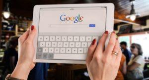 タブレットでGoogleを開いて調べものをしようとしている画像