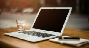 机の上にあるパソコンの写真