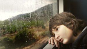 悲しんでいる悪い気分の少年の写真