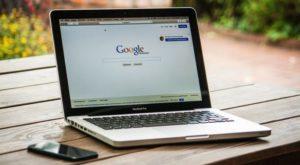ノートパソコンでGoogleを開いている画像