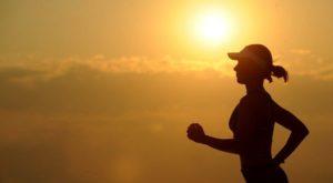 運動をしている人の画像