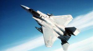 高度をとっている戦闘機の画像