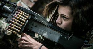ライトマシンガンを構えている女性兵士